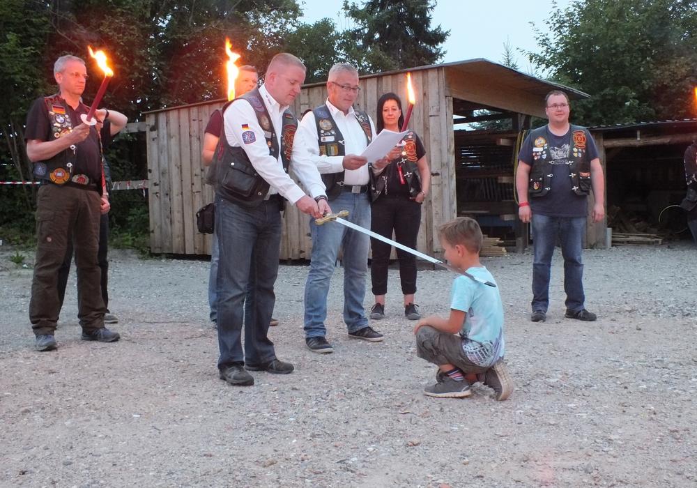 Auf dem Treffen der Red Knights bekam der fünfjährige Vincent den Ritterschlag. Fotos: Michael Pförtner
