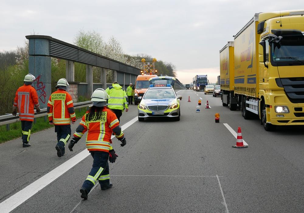 Feuerwehr Braunschweig und Hondelage sichern zusammen mit der Polizei die Unfallstelle. Fotos: Alexander Panknin
