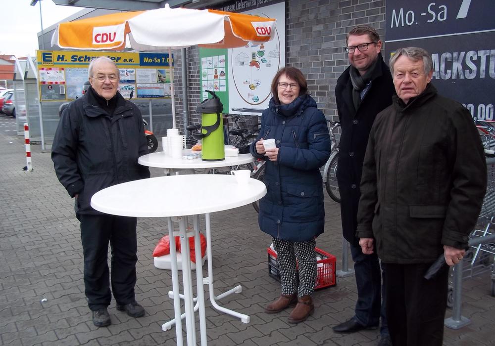 CDU-Gemeinderatsmitglieder beim jüngsten CDU-Café-Treff von links nach rechts: Johann Seifert, Annegrit Helke, Marco Kelb (Bürgermeister), Dr. Manfred Bormann (CDU/FDP-Gruppenvorsitzender). Foto:privat