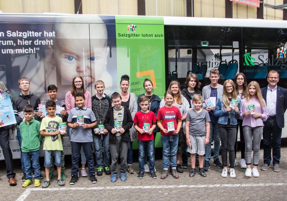 Die Schüler bei der Übergabe ihrer FerienTickets. Foto: Rudolf Karliczek