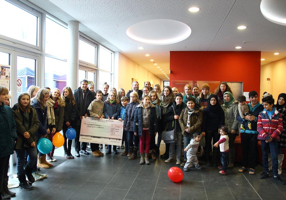 Schüler des Gymnasiums im Schloss haben für Flüchtlinge Kleider-, Sach- und Geldspenden gesammelt. Foto: Stadt Wolfenbüttel