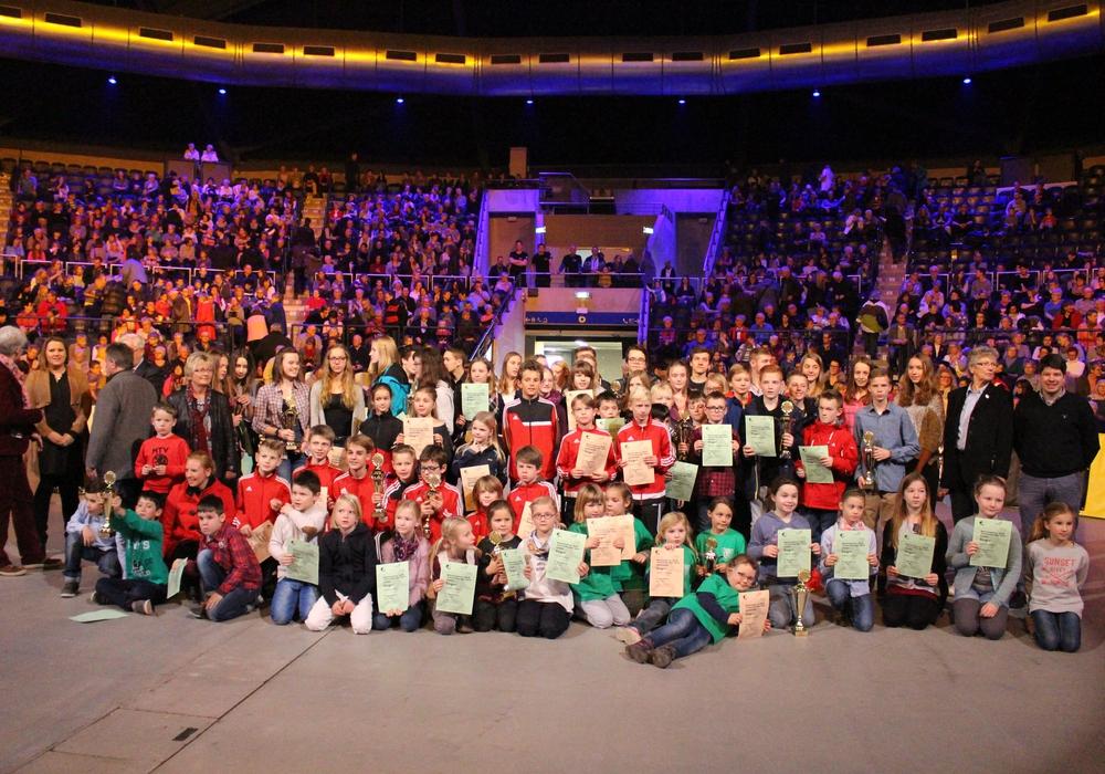 """In der Volkswagen-Halle wurden die 109 Sieger des Leichtathletik-Projektes """"Mehrkampfcup Braunschweiger Land"""" ausgezeichnet. Foto: Max Förster"""