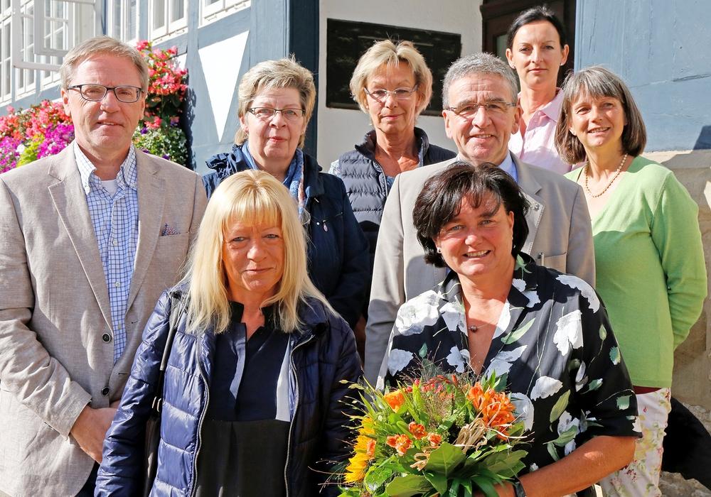 Vertreter der Stadt überreichen Blumen an die Jubilarin. Foto: Stadt Wolfenbüttel