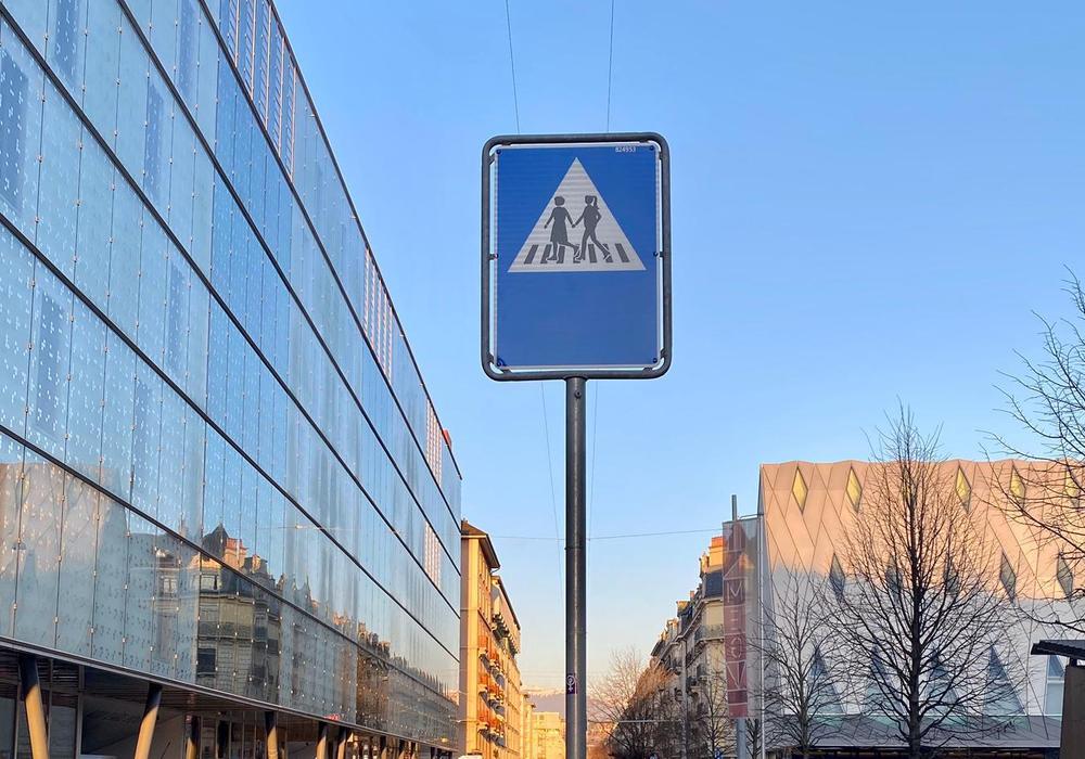 Ein gegendertes Verkehrszeichen in der Genfer Innenstadt.