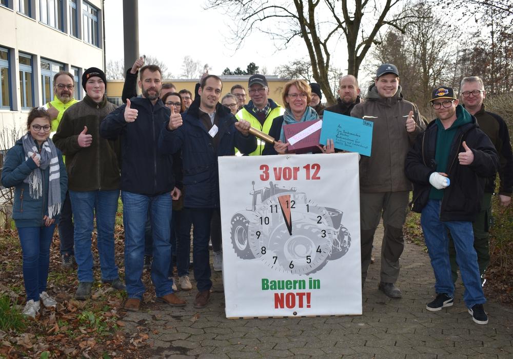 """Die Landwirte der Gruppe """"3 vor 12"""" empfingen Ministerin Otte-Kinast mit kreativen Geschenken."""