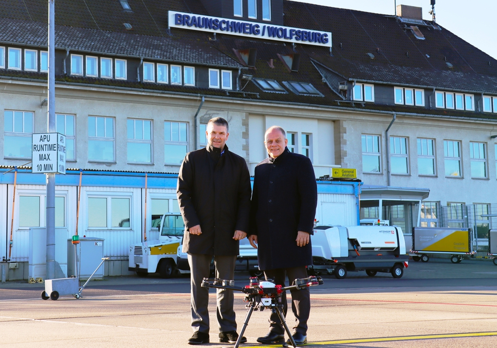 Mit einer der Testdrohnen auf dem Vorfeld (von links) Michael Gieselmann, volaer.io-Geschäftsführer der volaer.io und Michael Schwarz, Geschäftsführer der Flughafengesellschaft.