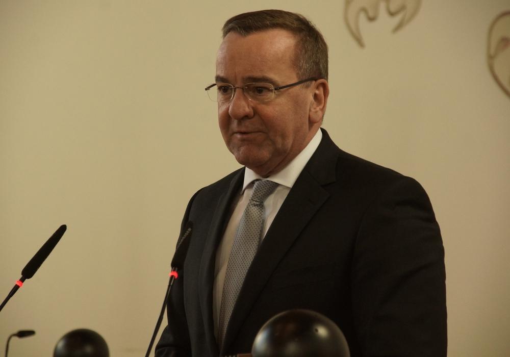 Der Niedersächsische Innenminister Boris Pistorius am Rednerpult im Großen Ratssaal.