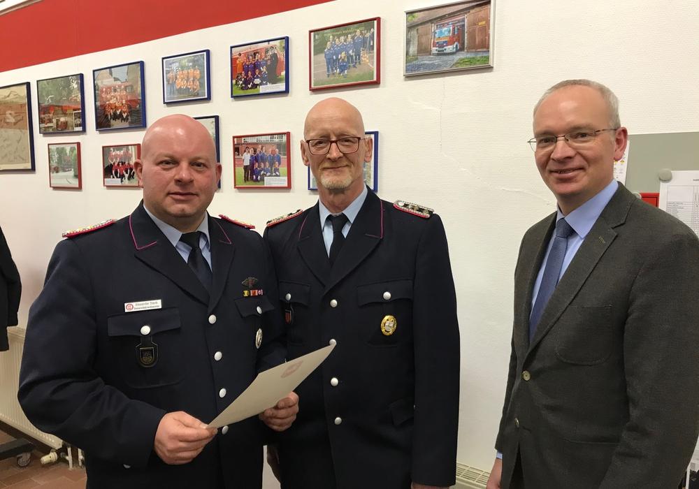 Von links: Gemeindebrandmeister Oderwald Alexander Steek, den geehrten Kameraden Stefan Welzel sowie Samtgemeindebürgermeister Marc Lohmann