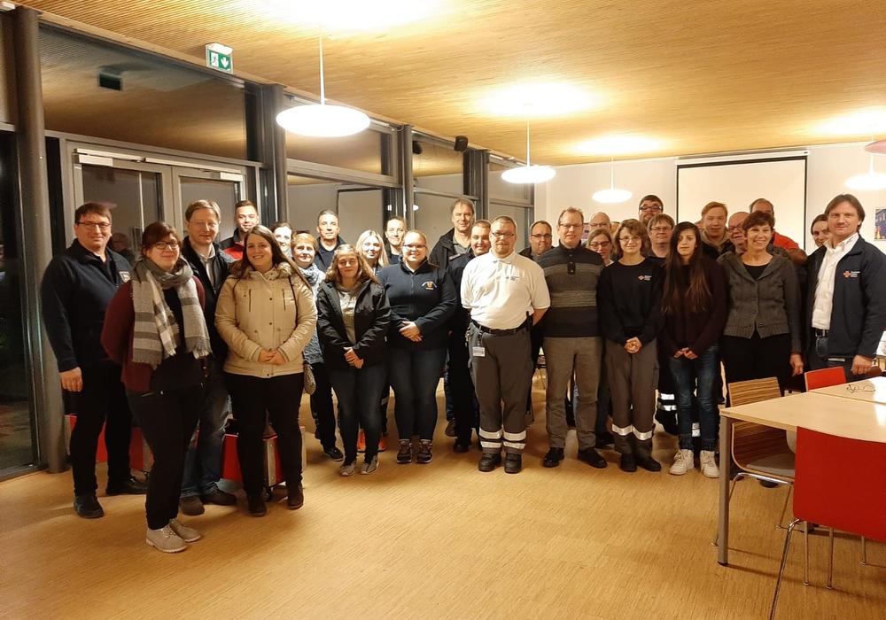 Freiwillige der Wolfenbütteler DRK-Bereitschaften und den Freiwilligen Feuerwehren bei der jährlichen Fortbildung zum Infektionsschutz.