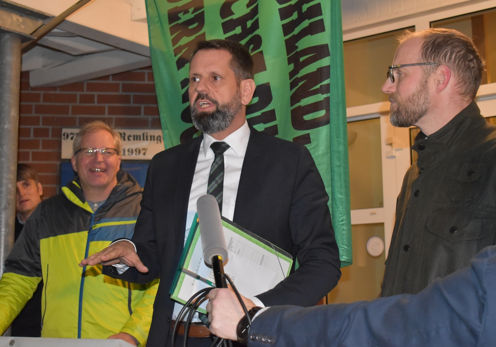 Umweltminister Olaf Lies neben Landwirt Johannes Schrader.
