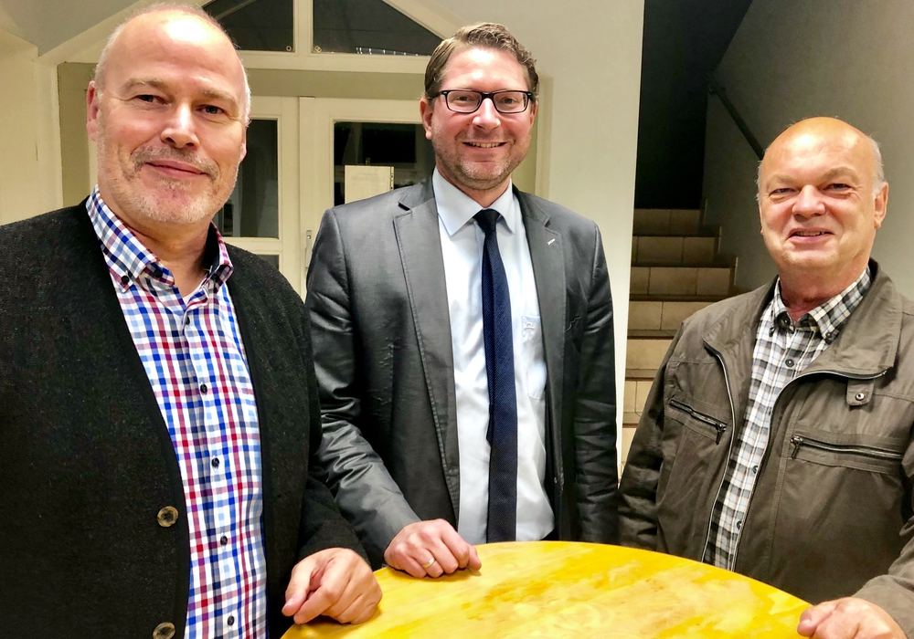 Ortsverbandsvorsitzender Karsten Ansorge (links) und Ratsmitglied Henning Niemeier (rechts), wünschen Marco Kelb alles gute für die Wahl und sichern ihm ihre volle Unterstützung zu.