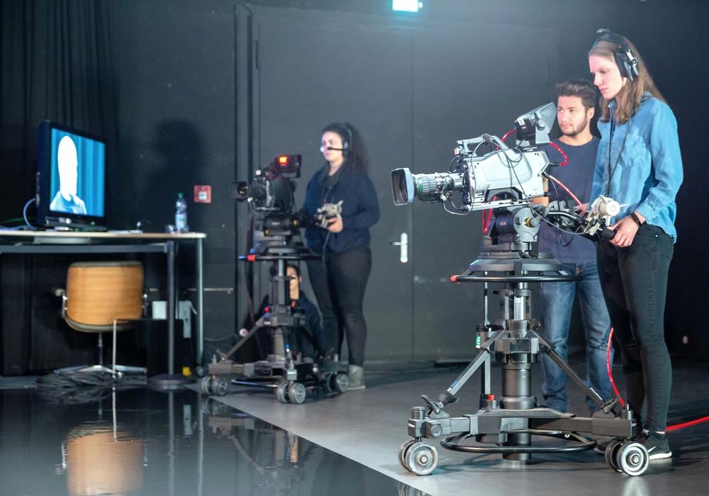"""Medienstudierende der Ostfalia produzieren in ihrem TV-Studio Salzgitter das neue Format """"Ostfalia abgedreht"""". Am kommenden Montag, 27. Januar, 18 Uhr wird die Sendung erstmals über TV38, den Bürgersender für Südostniedersachsen, ausgestrahlt."""