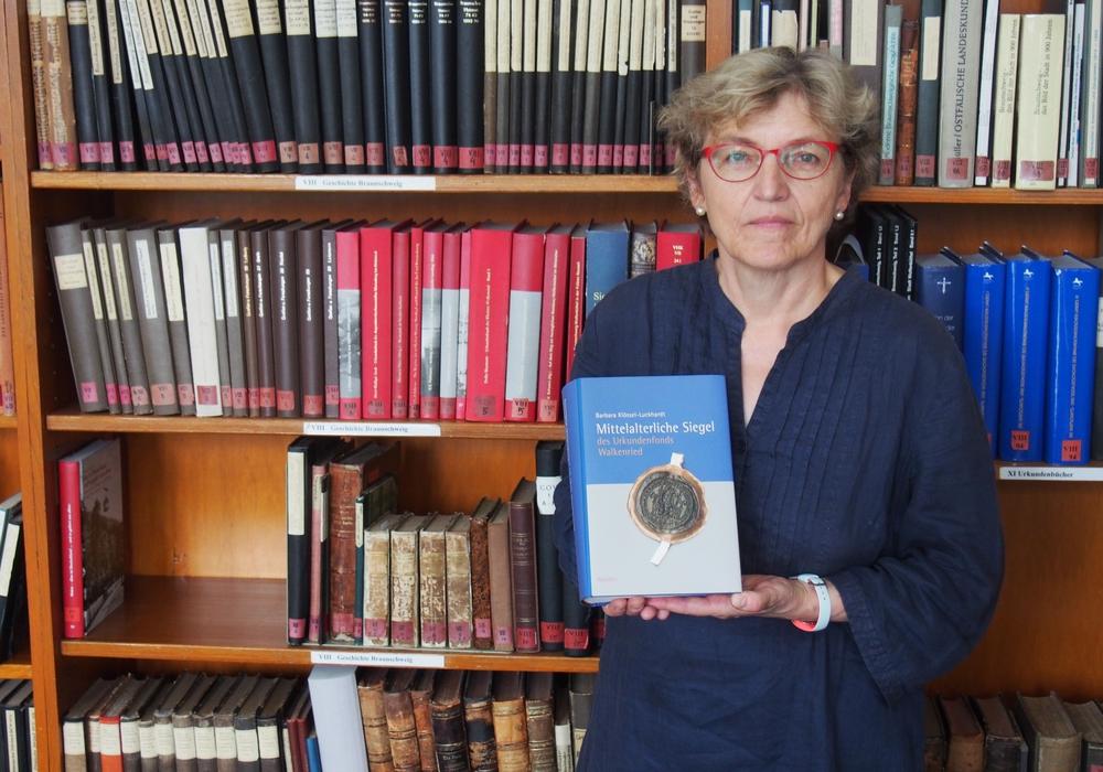 """Kunsthistorikerin Dr. Barbara Klössel-Luckhardt wird ihr neues Buch """"Mittelalterliche Siegel des Urkundenfonds Walkenried"""" vorstellen. Foto: Stiftung Braunschweigischer Kulturbesitz"""
