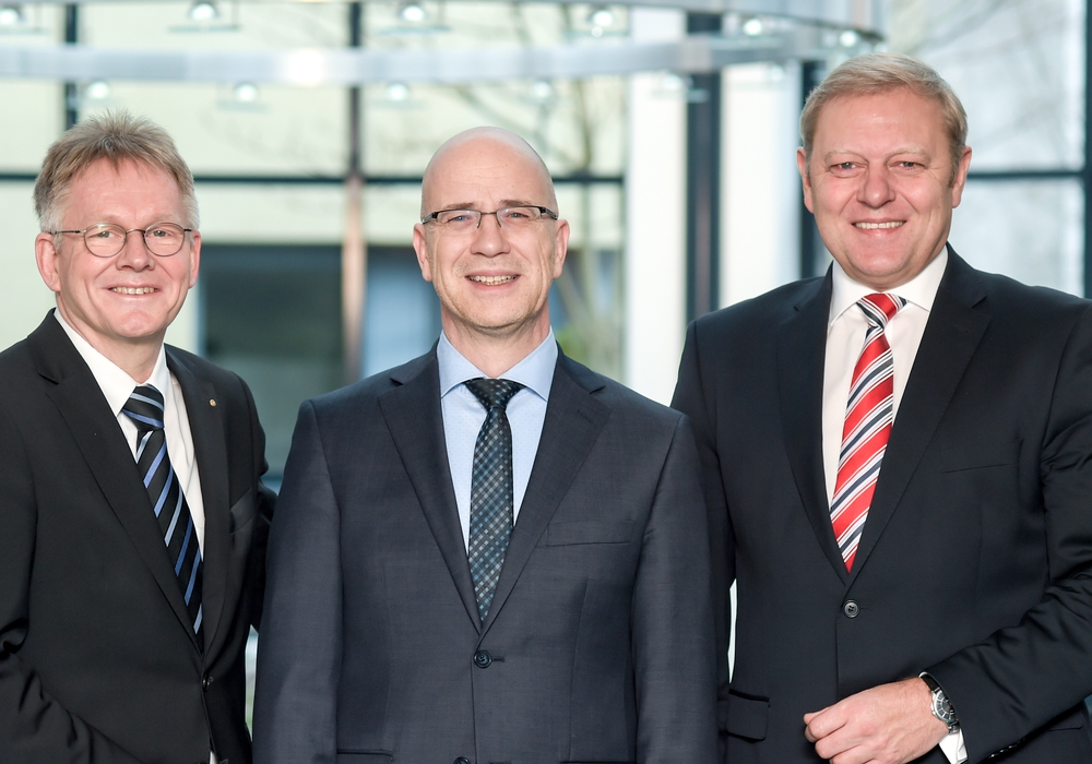 Blicken optimistisch in die Zukunft: Ralf Schierenböken (Vorstandsmitglied Volksbank BraWo), Stefan Honrath (Direktionsleiter Peine) und Jürgen Brinkmann (Vortsandsmitglied BraWo) Foto: Voba BraWo
