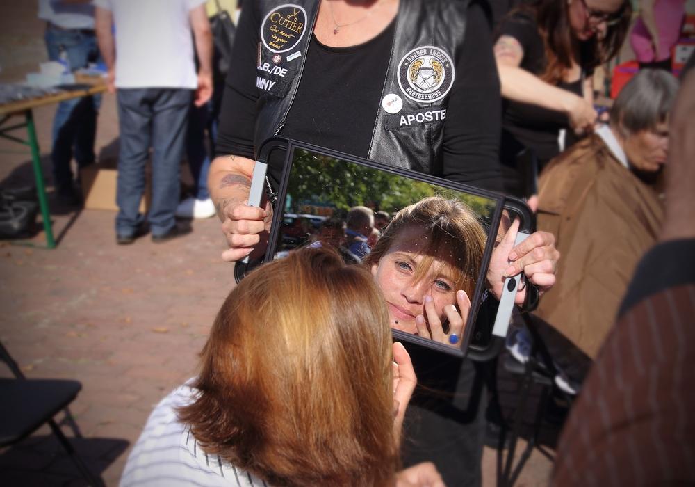 Diese Frau ist überrascht nach ihrer Verwandlung. Mit ihrer Aktion geben die Barber Angels Bedürftigen ein bisschen ihrer Würde zurück. Fotos: Rudolf Karliczek