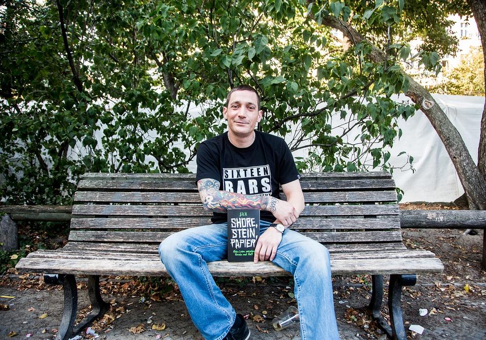 """Künstler $ICK mit seiner Biografie """"Shore, Stein, Papier"""", die sogar zum Spiegel-Bestseller wurde. Foto: Undercover"""