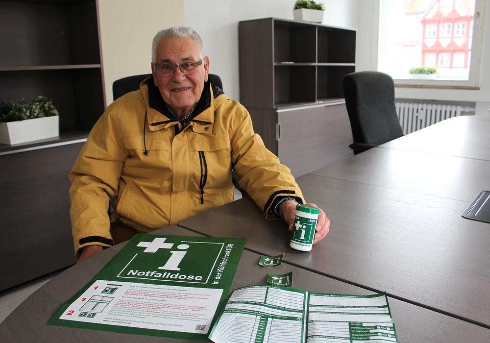 Horst Luthien stellt die grüne Notfalldose vor. Foto: Alexander Dontscheff