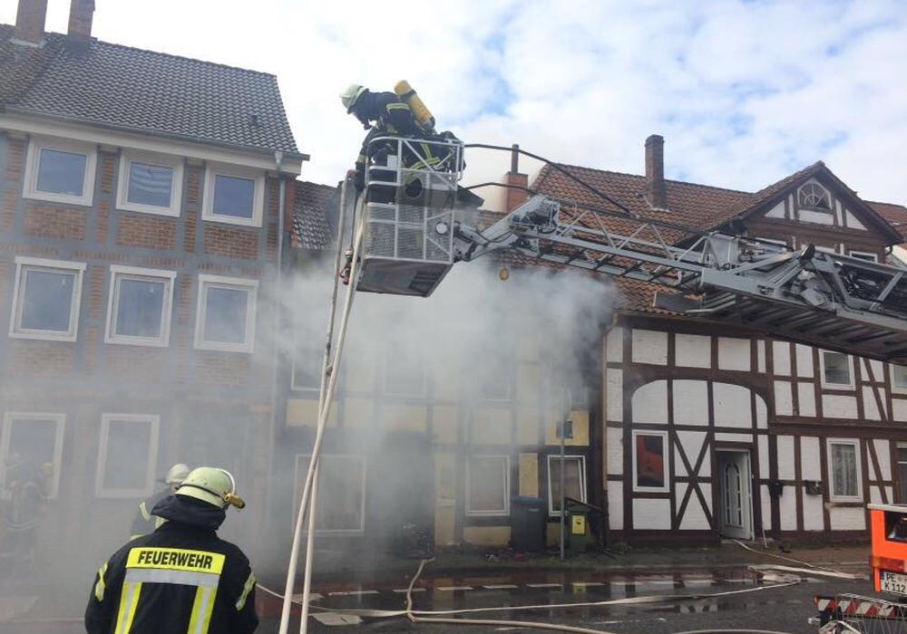 Die Feuerwehr bekämpft den Brand in einem Fachwerkhaus im Rosenhagen. Fotos: aktuell24(BM)