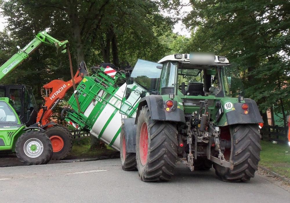 Bis zum Eintreffen der ersten Einsatzkräfte gelang es dem Landwirten selber, ein weiteres Austreten des giftigen Spritzmittels zu verhindern. Fotos: Feuerwehr Hankensbüttel