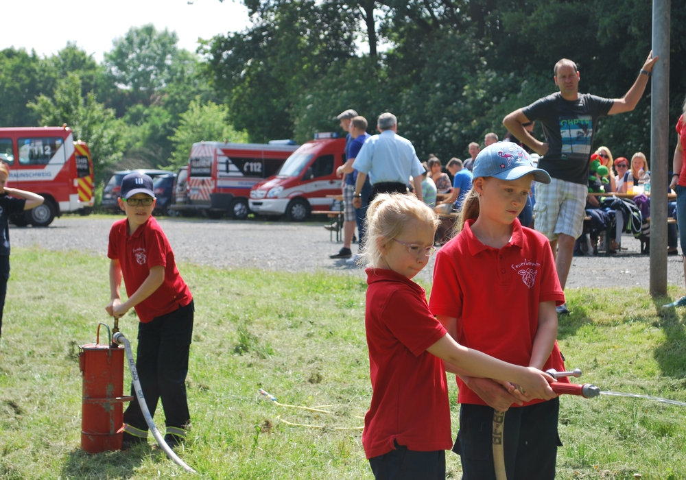Die Kinderfeuerwehr Lamme beim Einsatz der Kübelspritze. Foto: Feuerwehr Braunschweig