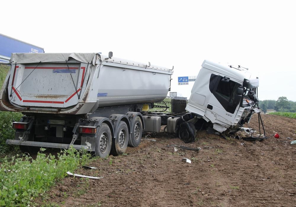 Der LKW war nach einem Reifenplatzer von der A7 abgekommen. Foto: R. Karliczek