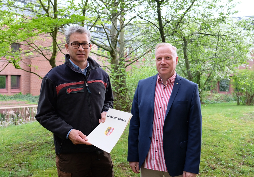 Der neue Kreiswaldbrandbeauftragte Ralf Krüger (links) erhält seine Ernennungsurkunde von Fachbereichsleiter Frank-Michael Kruckow (rechts). Foto: Landkreis Goslar