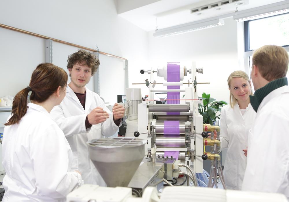 Kunststoffverarbeitung am Institut für Recycling der Ostfalia. Foto Osfalia