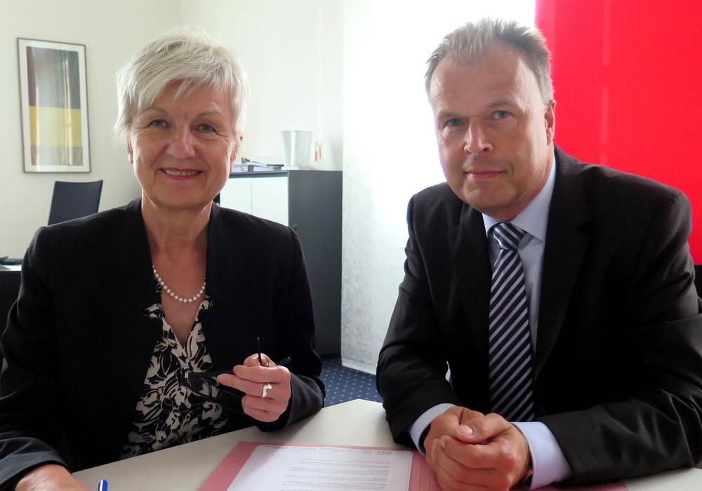 Landrätin Christiana Steinbrügge und der als erster Kreisrat gewählte Heiko Beddig während eines gemeinsamen Termins. Foto: Landkreis Wolfenbüttel
