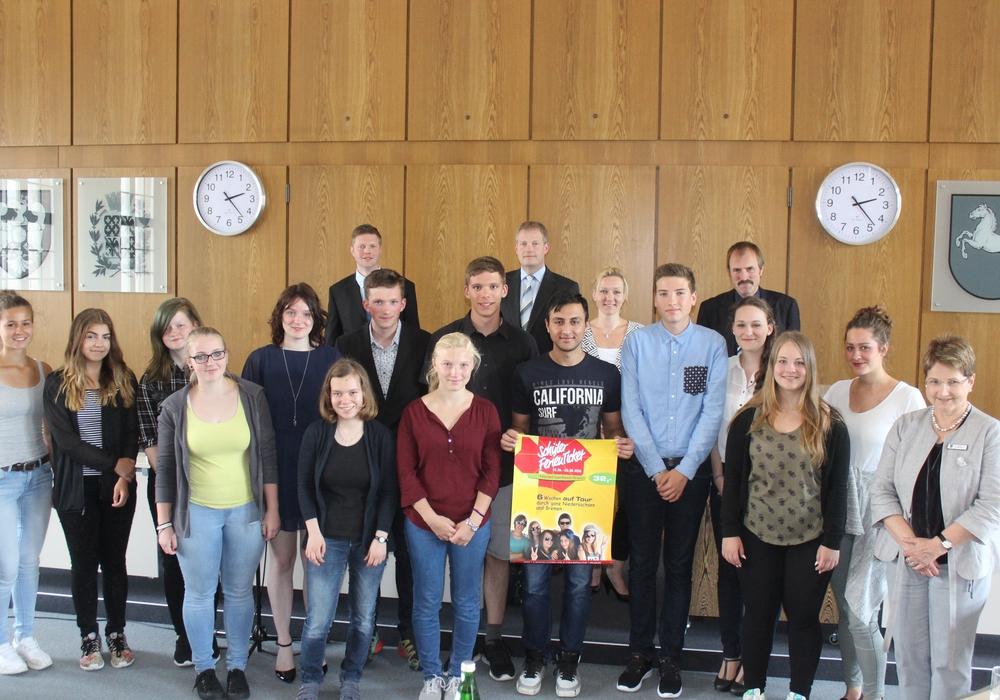 15 Schülerinnen und Schüler, die sich im vergangenen Schuljahr durch besondere Leistungen ausgezeichnet haben, durften sich am Montag ihr Ticket in die Ferien abholden. Foto: Anke Donner