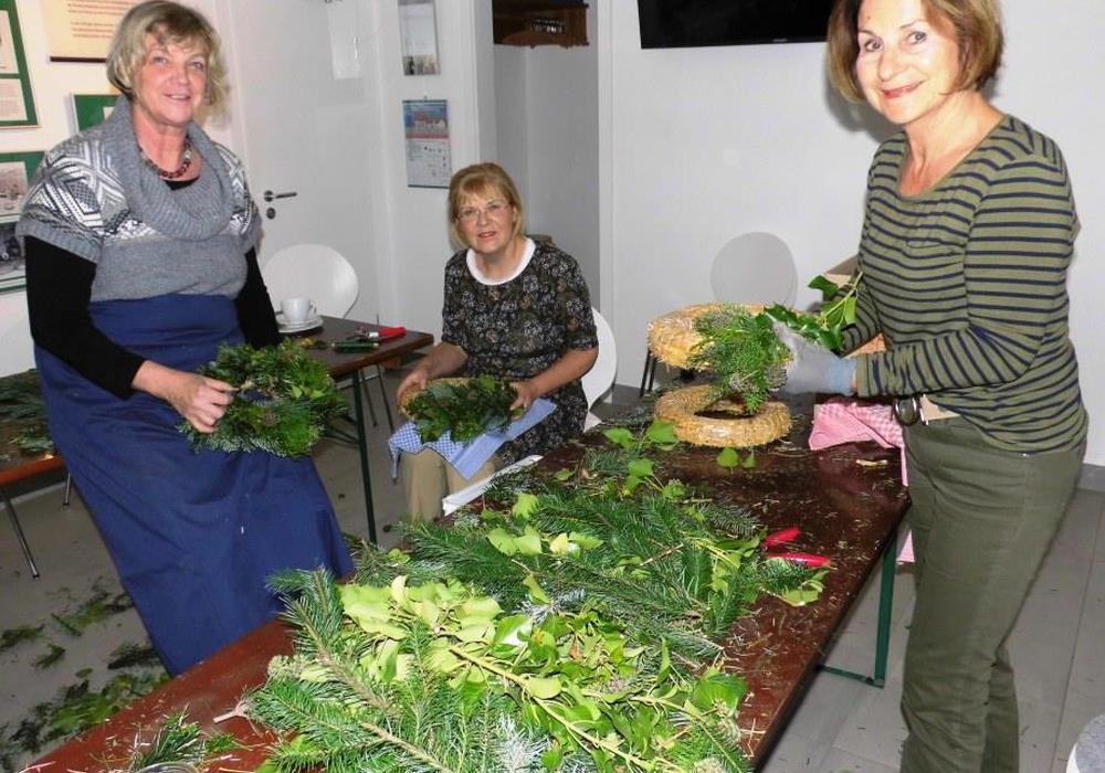 Fleißige Hände zum vorbereitenden Kranzbinden: Maria Hamann, Brigitta Krüger und Renate Oelze. Foto: Privat