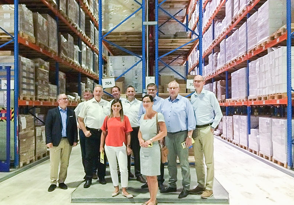 Die Parlamentarier bei der Besichtigung des Hochregallagers bei der Med-X-Press GmbH in Goslar. Foto: Redaktionsbüro Jung