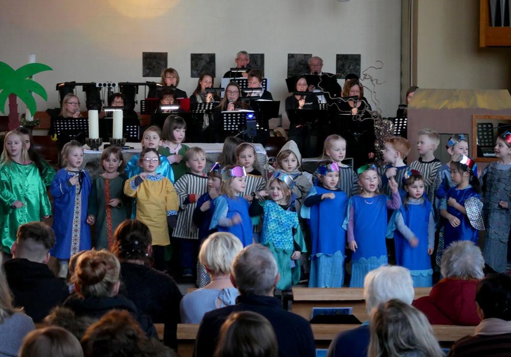 Die Band der katholischen  Kirchengemeinde St. Raphael sorgte im Hintergrund für die musikalische Begleitung. Vorne glänzten die Kinder mit ihrem Schauspiel. Fotos: Alexander Panknin