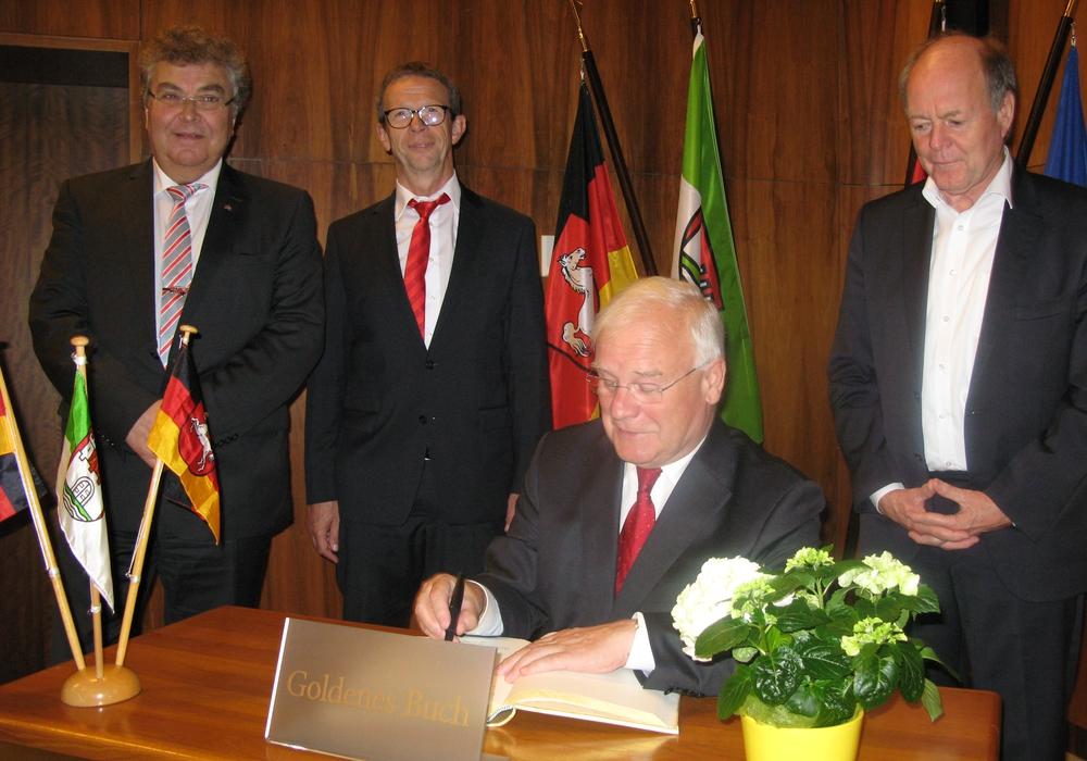 Landtagspräsident Bernd Busemann trug sich ins Goldene Buch der Stadt ein. Foto: Stadt Wolfsburg
