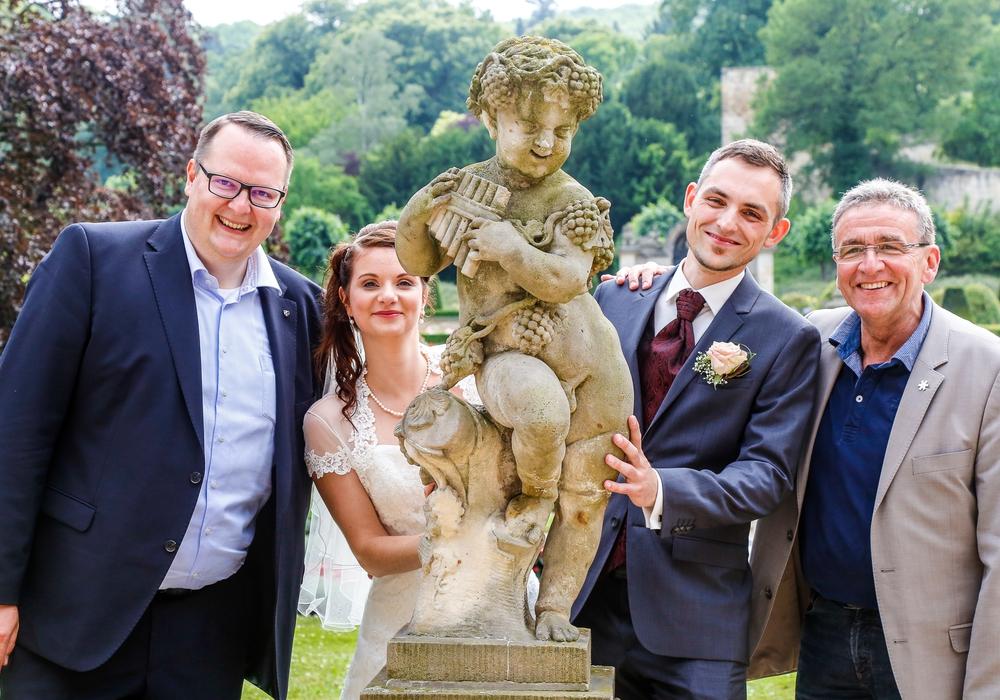 Die beiden Bürgermeister Heiko Breithaupt (l.) und Thomas Pink (r.) gratulierten einem Brautpaar, dass gerade im Kleinen Schloss getraut wurde. Foto: Stadt Wolfenbüttel