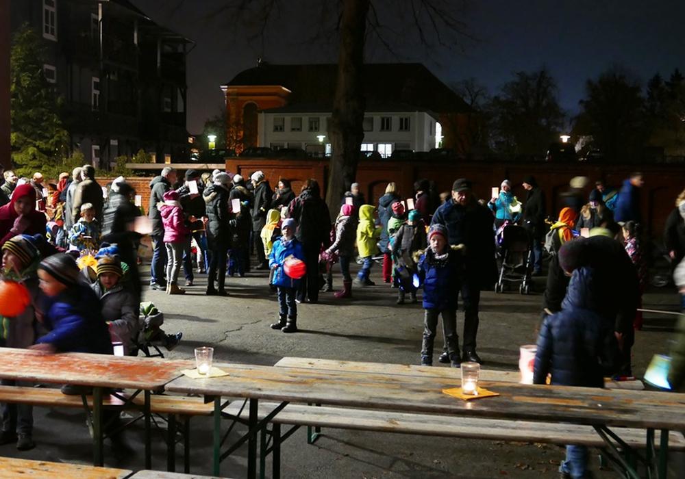 Beim Laternenumzug haben die Grundschüler das Geld für die Ulme gesammelt. Foto: Ulme