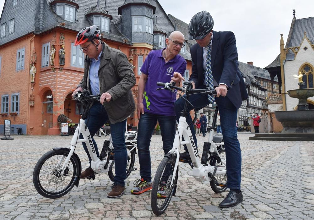 Jens Ansorge (Mitte) erklärt Dr. Oliver Junk (re.) und Oliver Kasties den Bordcomputer. Foto: Stadt Goslar