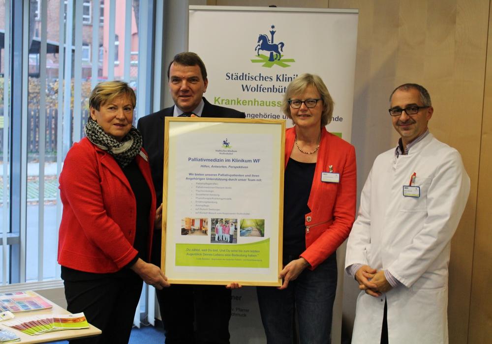 Die Palliativeinheit feiert dreijähriges Jubiläum. (Dagmar Ammon, Axel Burghardt, Dr. Mechthild Altenhoff, Prof. Dr. Kinan Rifai) Foto: Bernd Dukiewitz