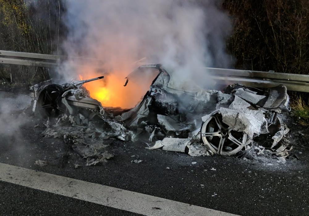 Auf der A2 brannte ein Sportwagen aus. Der Fahrer blieb unverletzt. Foto:  Feuerwehr Helmstedt