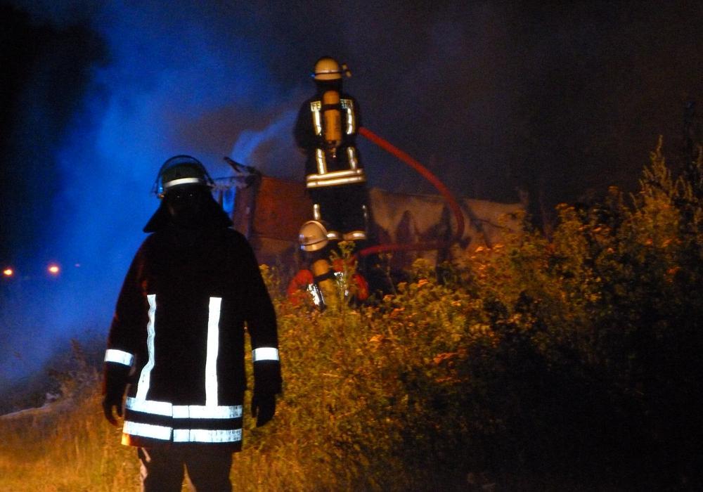 Unter schwerem Atemschutz musste der Brand bekämpft werden. Foto: Feuerwehr Winnigstedt