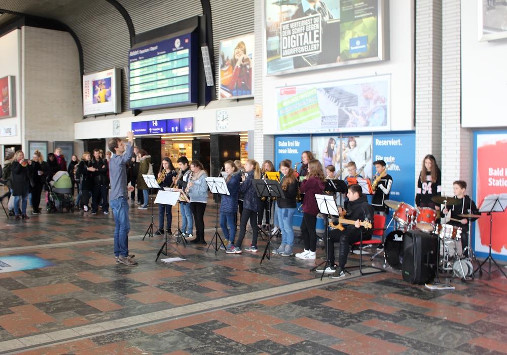 Die Bahnhofshalle wurde zum Konzertsaal. Fotos: Alexander Dontscheff