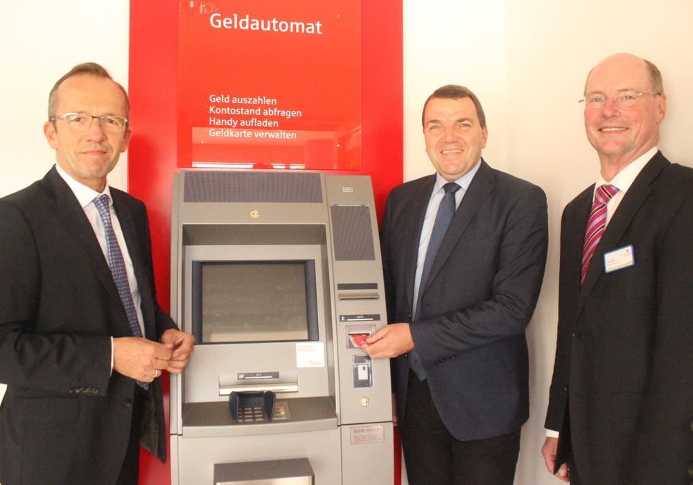 Ab sofort kann am Automaten im Klinikum Geld abgehoben werden. Martin Schickram, Axel Burghardt und Klaus Salge freuen sich über den neuen Service. Foto: Anke Donner