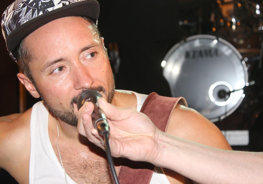 Der Musiker Cris Cosmo plauderte nach seinem Auftritt mit regionalHeute.de. Foto/Video: Anke Donner