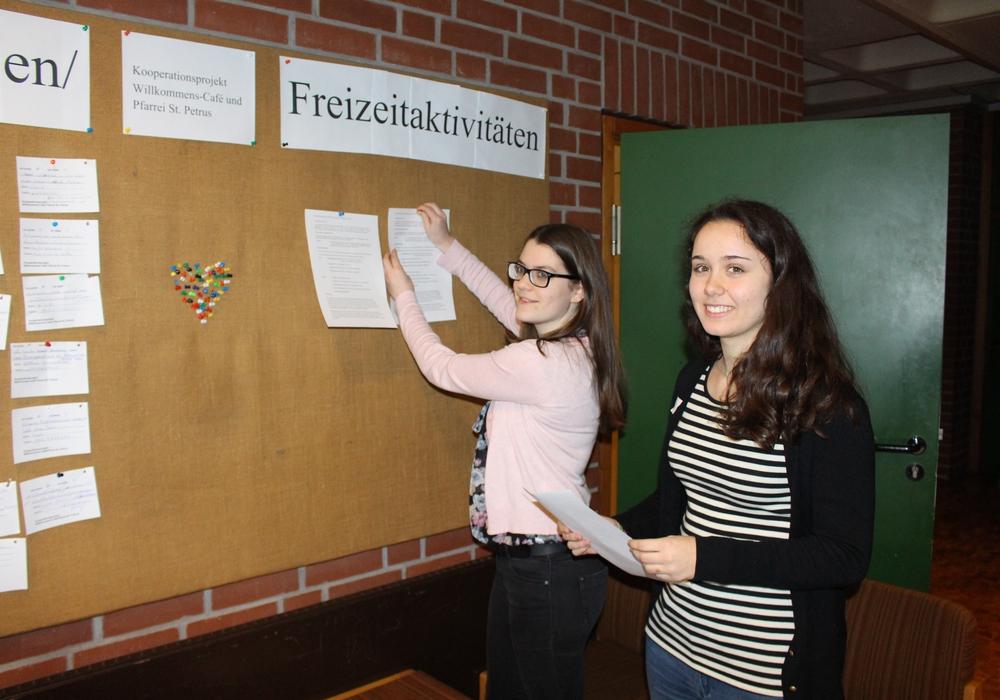 Jana Fabrizius (links) und Iliane Meyerhoff weihen die Pinnwand ein. Foto: Max Förster