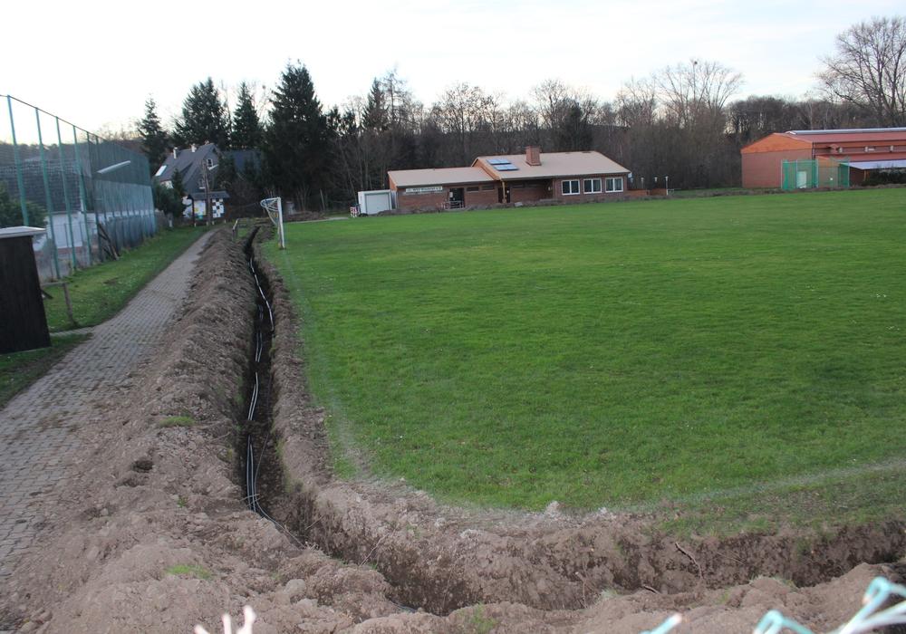 Auf dem Sportplatz Wiedelah haben die Erdarbeiten für die neue Flutlichtanlage begonnen. Foto: Anke Donner