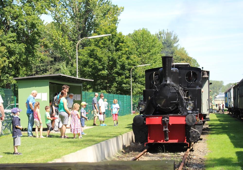 Eine der ältesten betriebsfähigen Dampfloks Deutschlands fährt im Lokpark ein. Foto: Jan Borner