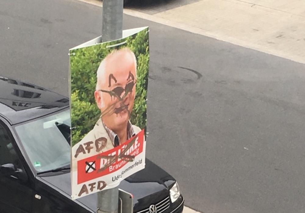 Kaum hängen die ersten Plakate zur Kommunalwahl in der Stadt, da gibt es auch schon den ersten Ärger. Die Plakate der Linken wurden beschmiert. Foto: Linke