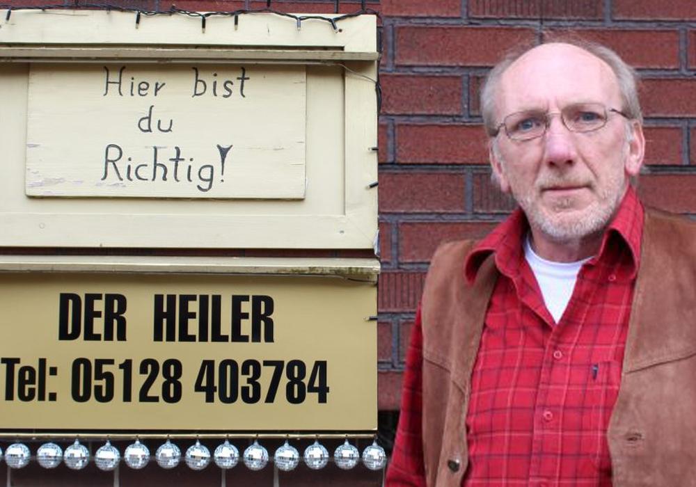 """Vom Handwerker zum """"Heiler"""": Harald Mix vor seinem Haus in Stedum. Fotos: Frederick Becker"""