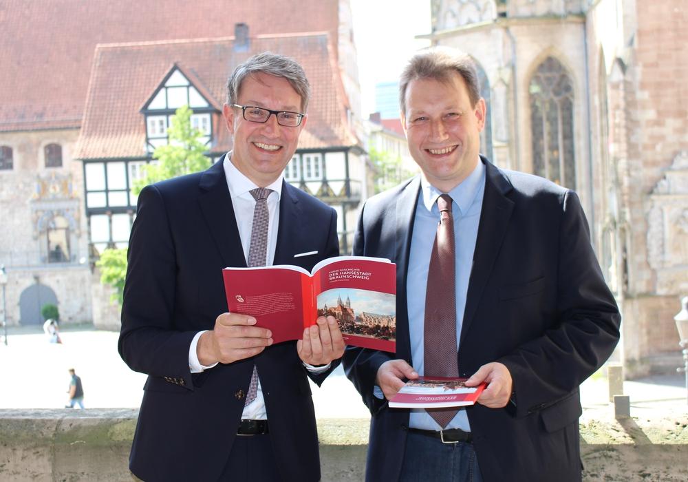 Freuen sich über das gute Ergebnis des neuen Buches: Geschäftsführer der Stadtmarketing GmbH Gerold Leppa mit Autor und Stadtarchivar Dr. Henning Steinführer. Foto: Christina Ecker