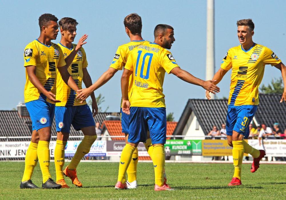 Kollektive Jugend im Torjubel: Yari Otto (Mitte, verdeckt) erzielte den einzigen Treffer für Eintracht Braunschweig. Fotos: Frank Vollmer