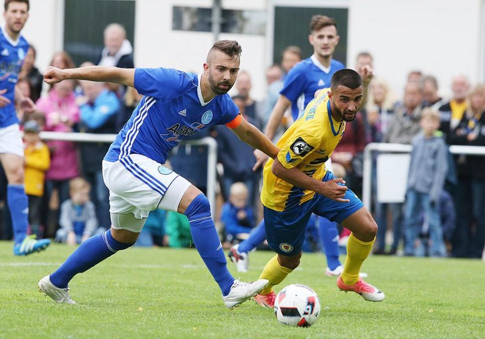Knackiges Spiel vor der Pause: Maximilian Roth (li.) gegen Mergim Fejzullahu. Fotos: Agentur Hübner